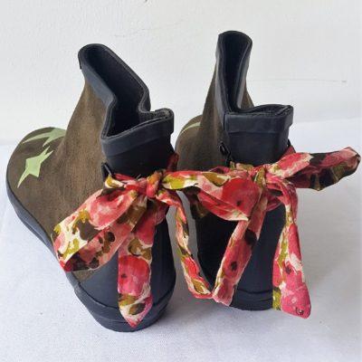 boots kaki étoiles ruban fleurs roses
